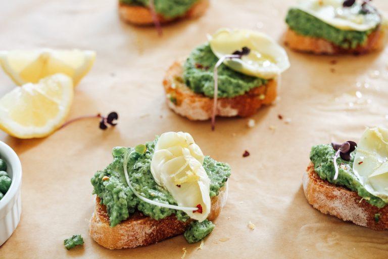 La receta simple de guisantes crostini que prepararás durante todo el verano