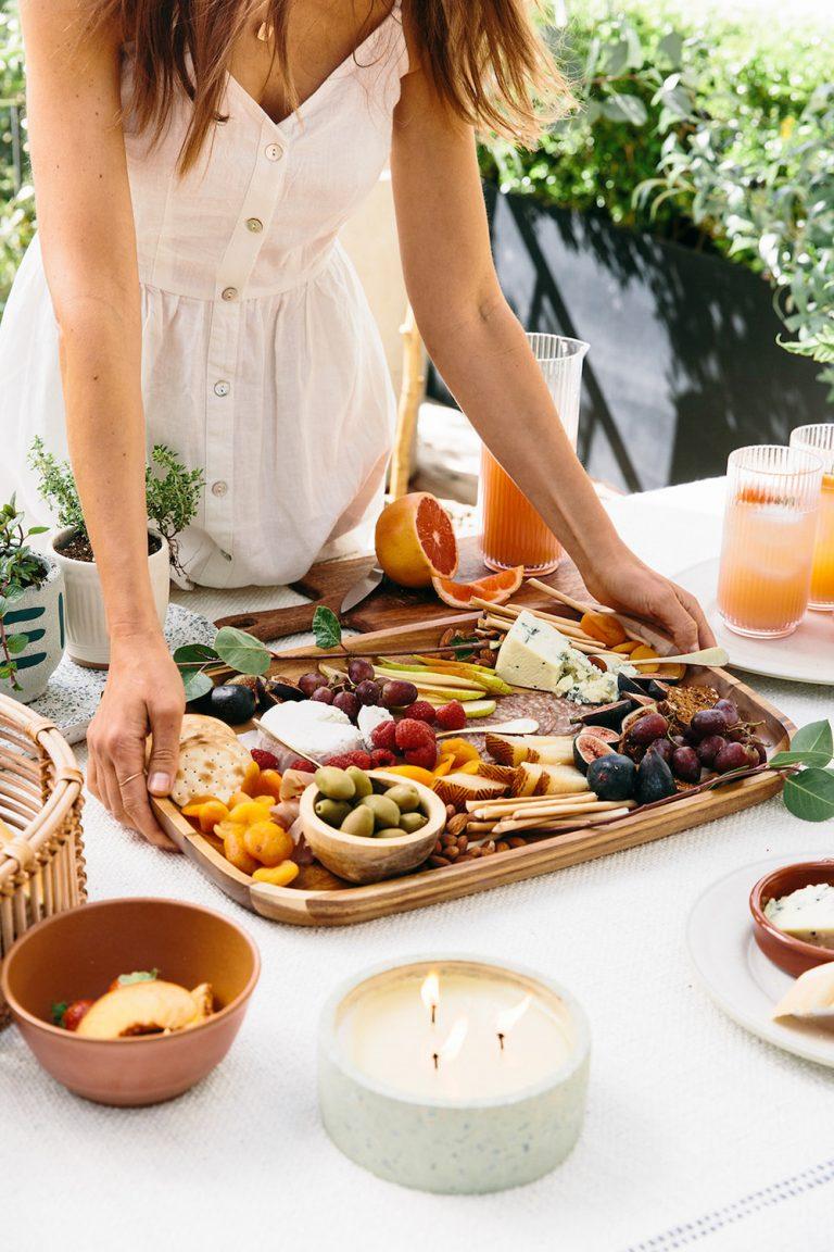 Bandeja de quesos y embutidos para picnic