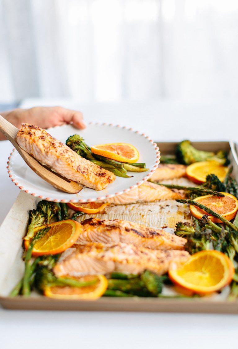 Salmón asado en chile-naranja con ajo y vegetales verdes - Estilos Camille