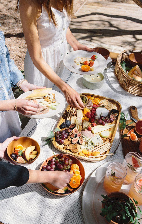 La mejor fuente de queso y delicatessen para el picnic de primavera: mesa de pasto