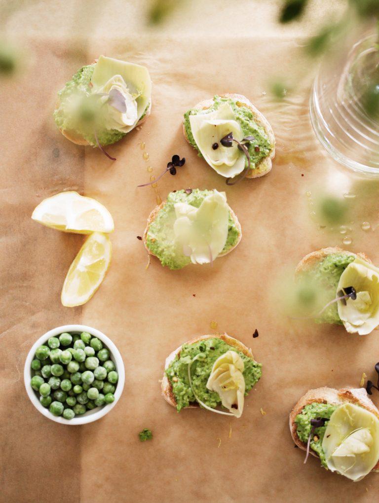 Crostini de alcachofa y guisantes